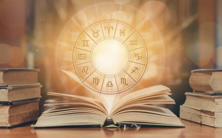 offenes Buch mit Tierkreiszeichen